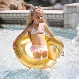 kind in het water met zwemband